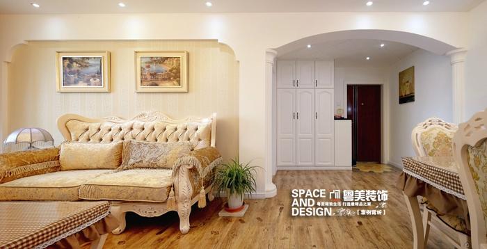 沙发背景的造型与罗马柱拱形的门廊