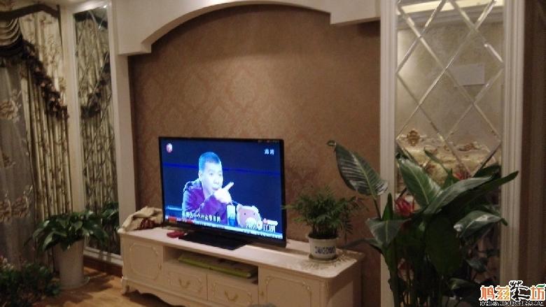 电视背景墙.两边是菱形镜子拼接的